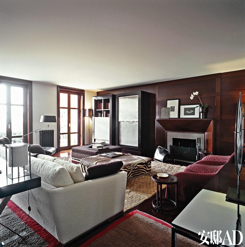 """""""我们并不想要一个外形过于招摇的家,而是希望与自己的家族文化和中产阶级教育背景相称,居住在恪守经典之道的环境里。""""客厅中一座方形的无扶手大沙发上,覆盖着主人青睐的非洲斑马皮面,其余大部分沙发和扶手椅都来自B&B ITALIA旗下的另一品牌Maxalto。近处桌上的台灯出自设计师Christian Liaigre之手。"""