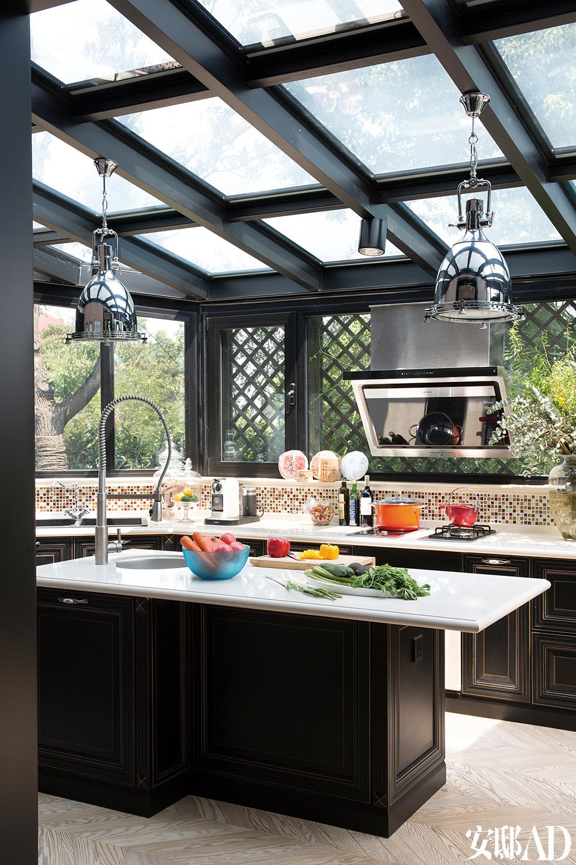 厨房被设置在满是阳光、连接花园的位置,可算是整栋房子的一个中心。家里唯一的电视被放在阳光厨房的一角。