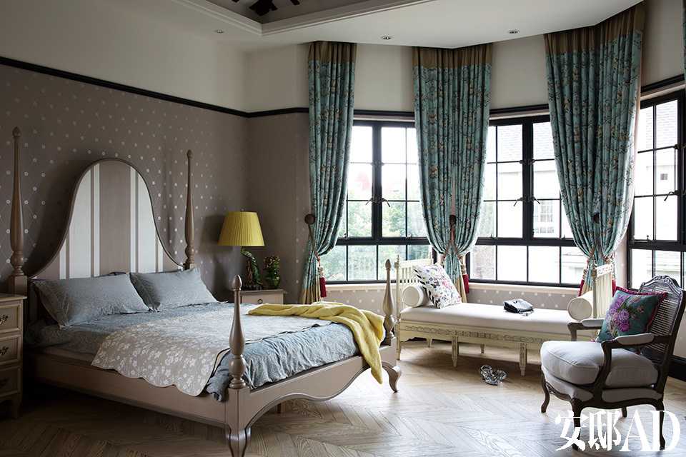 """家的基调定位在了""""法式情调遇见上海老洋房""""上,上海老洋房的窗。法式风情的软装,在此完美结合。二楼主卧室阳光充沛,黑框玻璃窗取自老上海别墅的型格,而双层玻璃有很好的隔热保温效果。"""