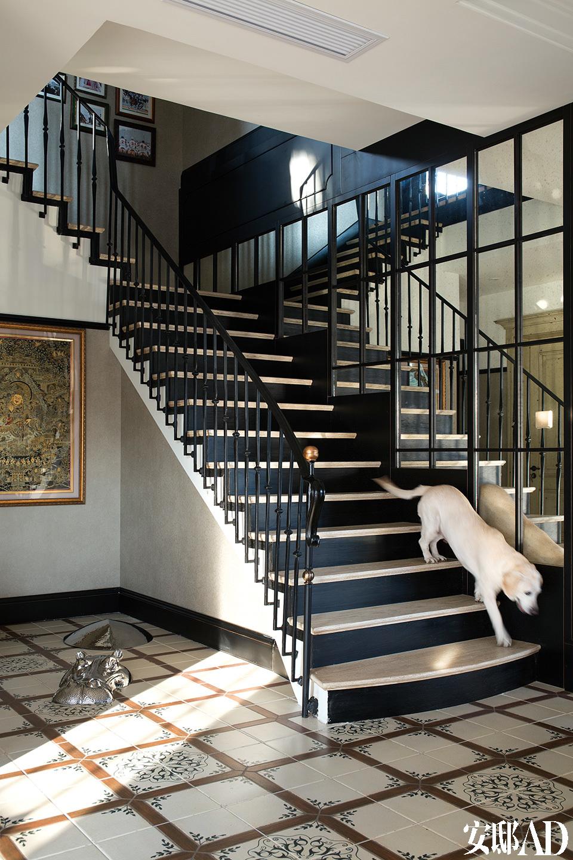 一楼门厅处的黑色楼梯颇有几分神似著名的夏奈尔旋转镜面楼梯,地面上的金属河马笃悠悠地接待回家的主人。