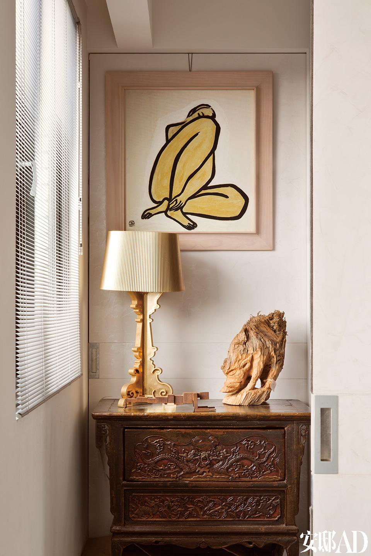 一张古董边桌,配上Kartell的金色台灯和常玉的画,现代与历史的对比,却也非常谐和。