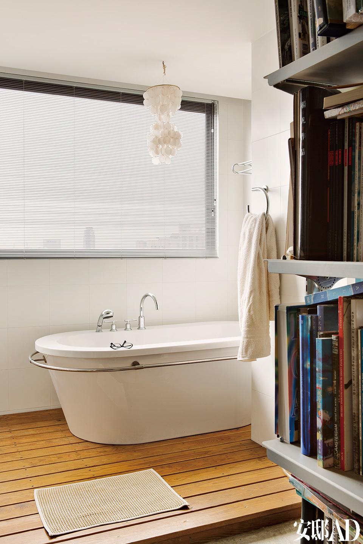 干湿分离的浴室,其浴缸由Philippe Starck所设计,目前已停止生产。