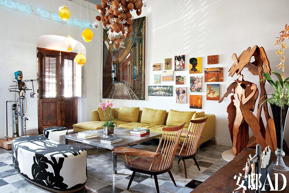 起居室内一对胡桃木Lounge Chair来自George Nakashima。钢面茶几为上世纪70年代的复古款。波多黎各人热情好客,女主人也情迷于美食。在佳肴美酒和上乘艺术品间,夫妇俩享受着款待友人的美好。
