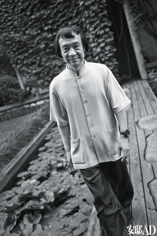 """朱小杰在花园里散步。每天清晨,踩着水""""声下山"""",是朱小杰诗意一天的开始。"""