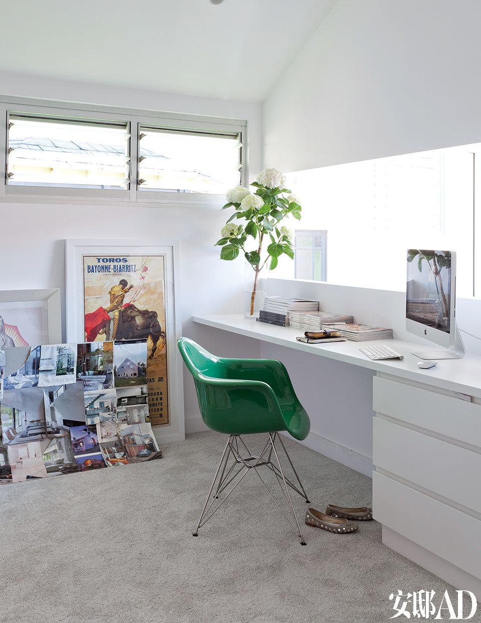 书桌是在Jayden Innovations定制的,座椅来自Clickon Furniture家私,靠在墙上的版画是1953年比亚里茨的Torridas老广告。