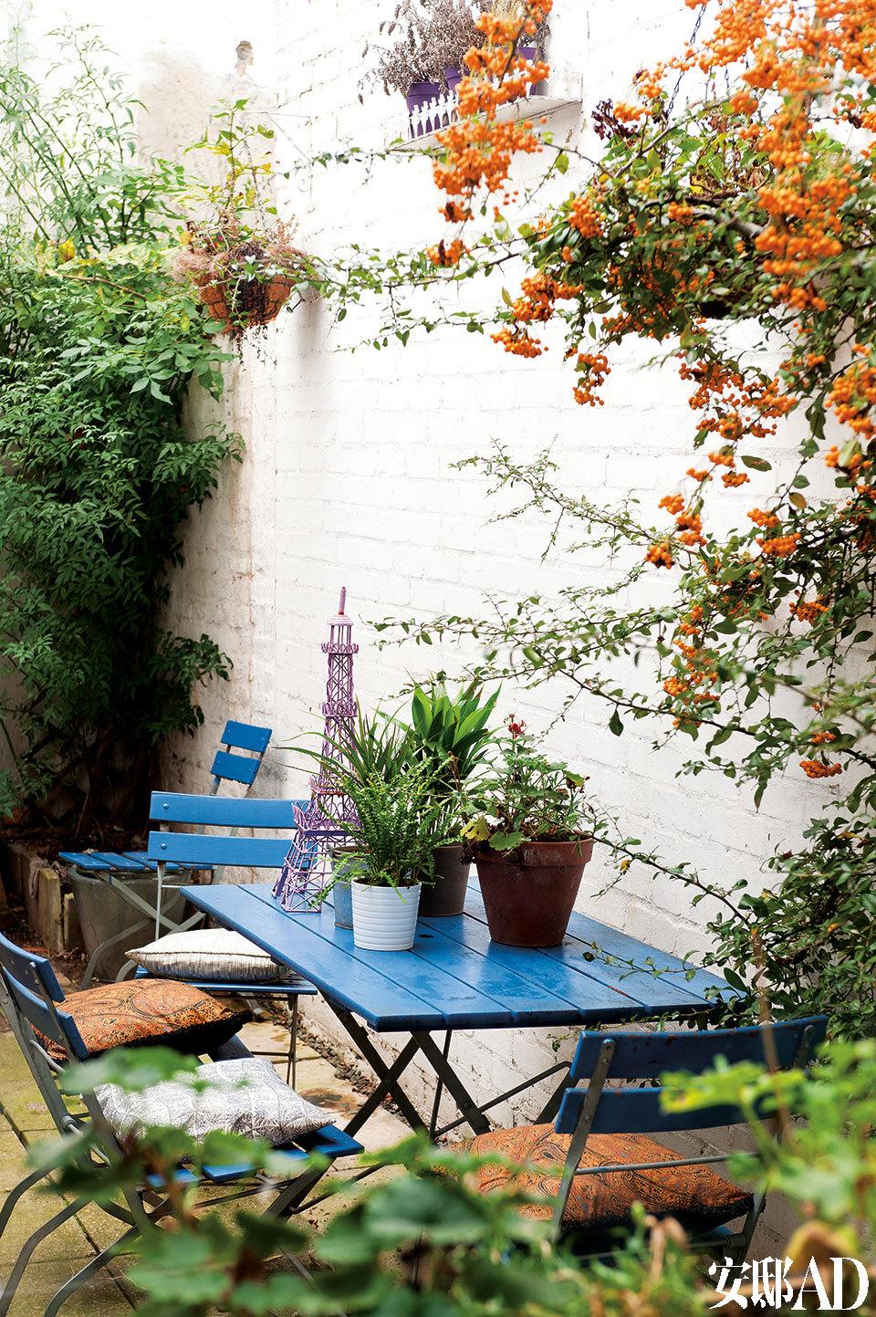 房屋后院的小花园,让从小习惯了乡村田园生活的Marisa在车水马龙的都市中也能得到一点自然的慰藉。小花园中的户外复古桌椅来自Balcony Gardener,花草大多为主人从伦敦Columbia路市场中淘来的战利品。