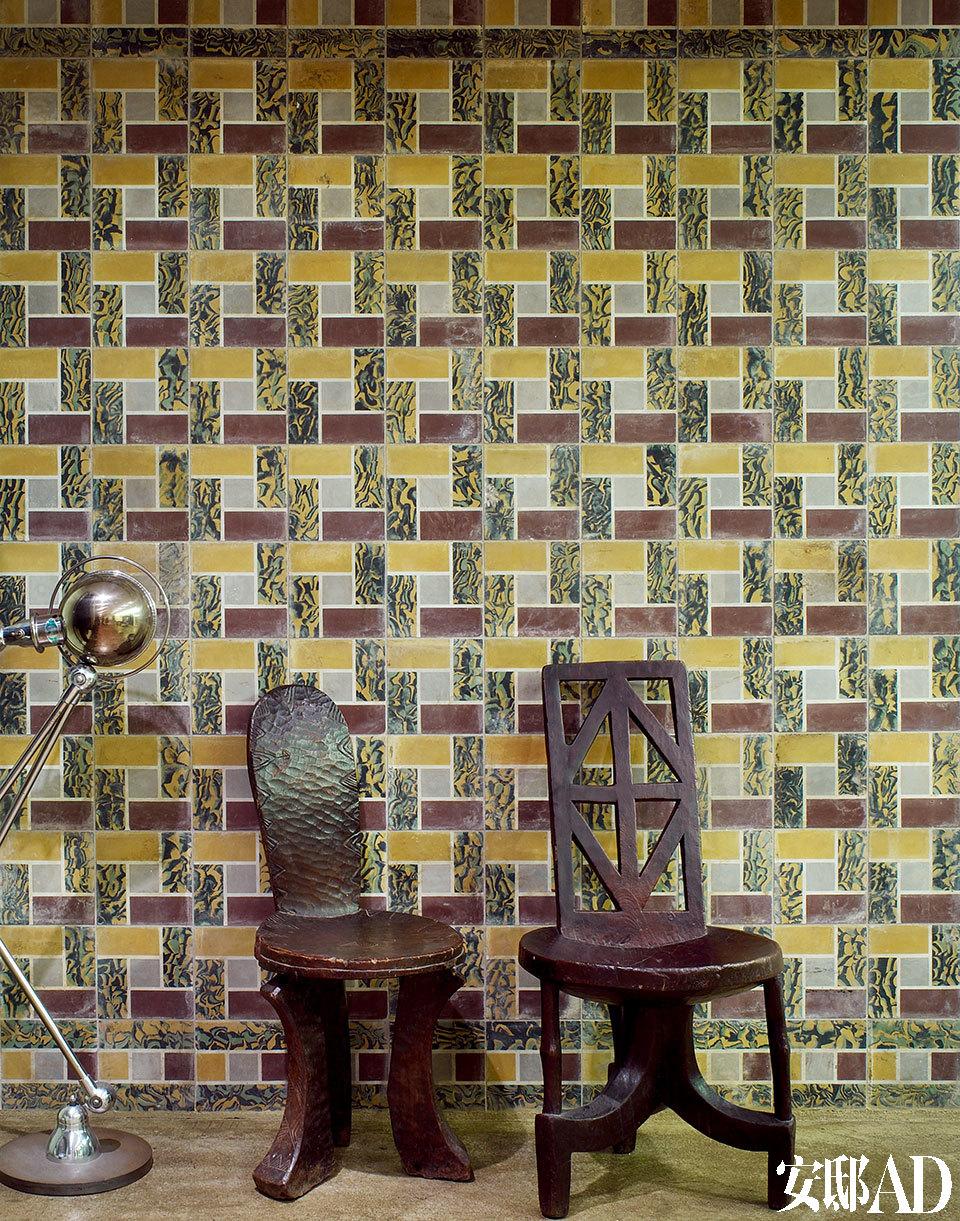 墙面20世纪30年代的Art Deco风格瓷砖购于法国尼斯的一家古董店,两只埃塞俄比亚椅子由整木刻成,一旁是一盏20世纪30年代的工业风格落地灯。