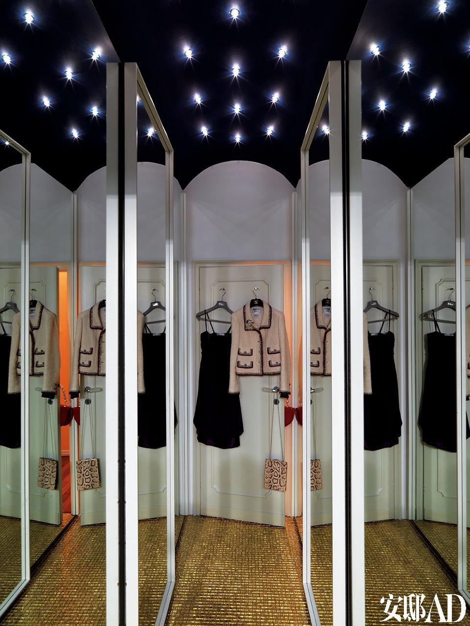Rossella 的衣帽间,门后挂着她最爱的Chanel优雅外套,地面上铺着Bisazza设计的金色马赛克Oro,这也是Bisazza最贵的一款商品,是用24K纯金打造的。