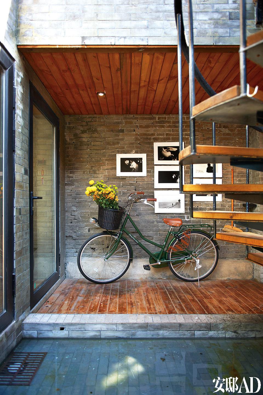 进门玄关处的墙上挂着宝姐一位日本朋友的摄影作品,其中的女主角都是宝姐本人。油绿色自行车不仅是健康环保的代步工具,车筐里装上鲜花,还能变身复古的居家装饰品。自行车品牌为永久,来自UCCA。
