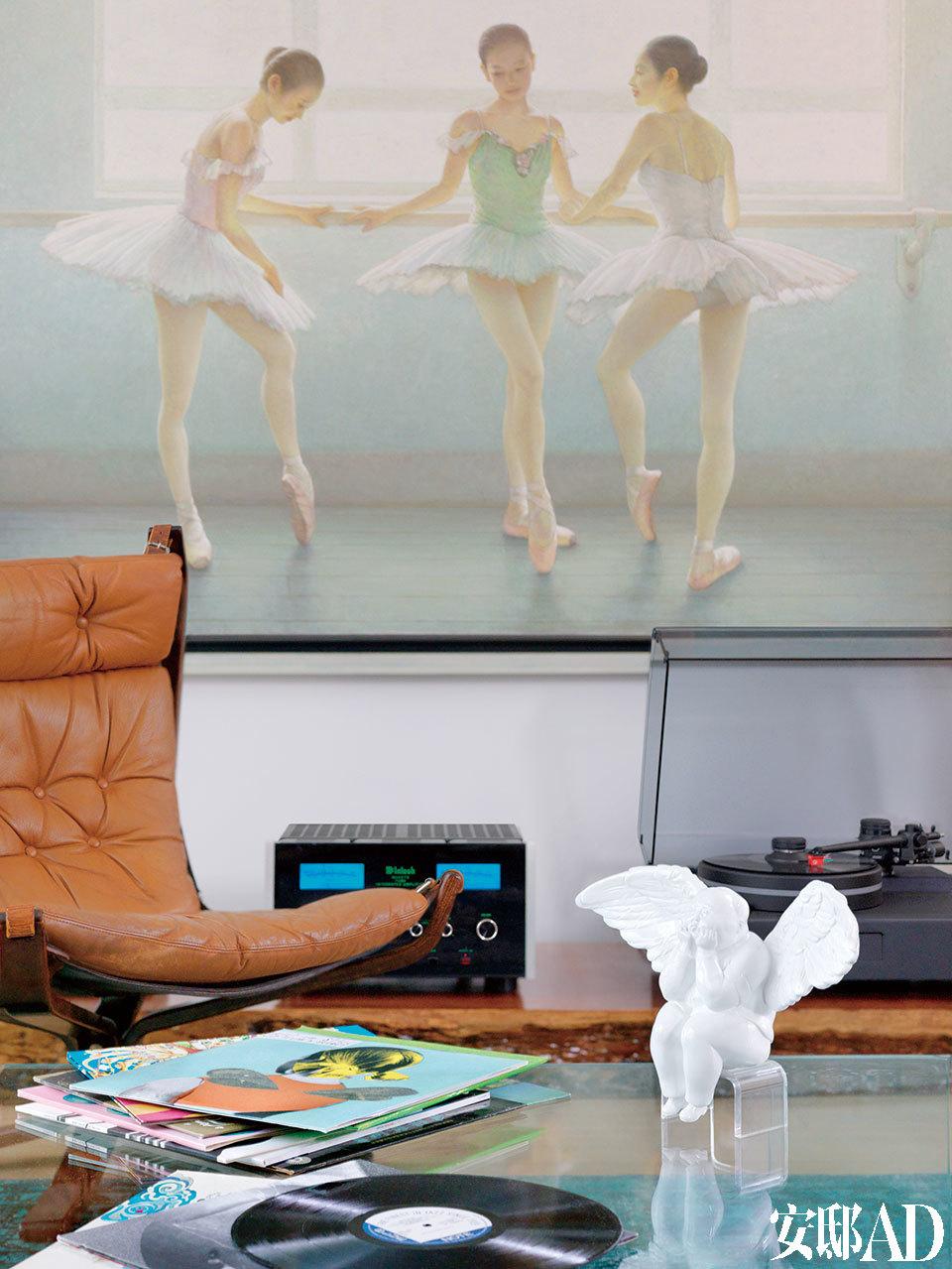 音响上方挂着这幅画, 跳跃的音符令整个空间都生动起来。音乐间的细节。桌上的白色天使摆件是瞿广慈的天使系列作品。