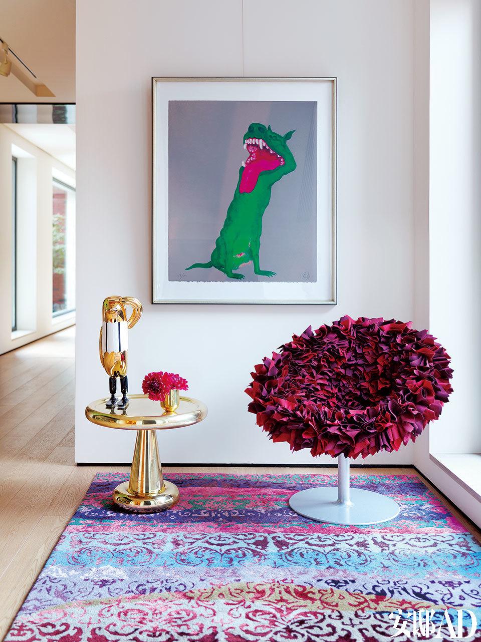过廊一角的小空间也充满了艺术气息。墙上的艺术品是周春芽的《绿狗》。红色座椅是Moroso的产品,金色小边桌是Tom Dixon的设计,二者均来自家天地。便桌上的金色摆件是Jaime Hayon为BOSA设计的系列,来自连卡佛。每个空间都运用了落地玻璃窗的设计, 窗外风景与墙上的艺术品交相辉映,动静相宜。