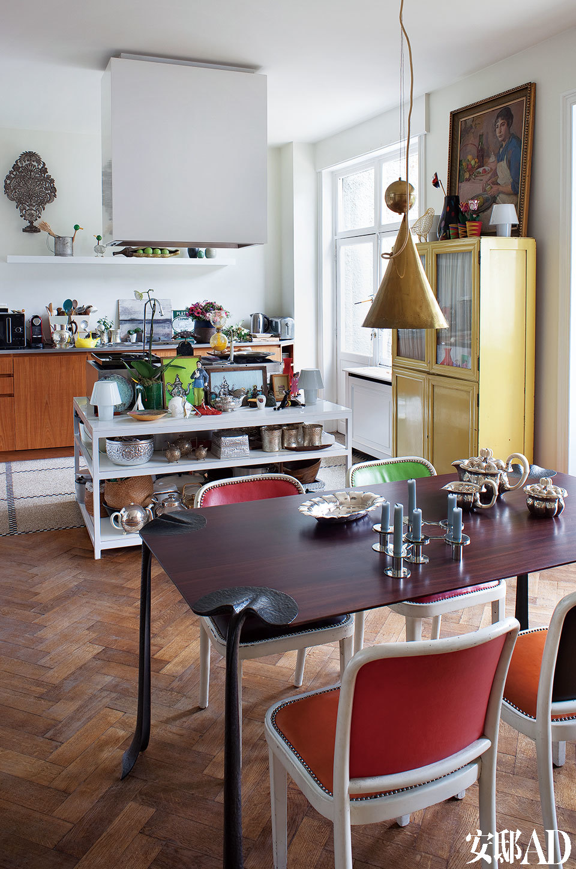 Nicolas Cesbron设计的生铁桌子,桌角造型特殊,凸显空间的活泼感,有别于客厅的混凝土地板,这里地板采用榉木为材料,方便也实用。