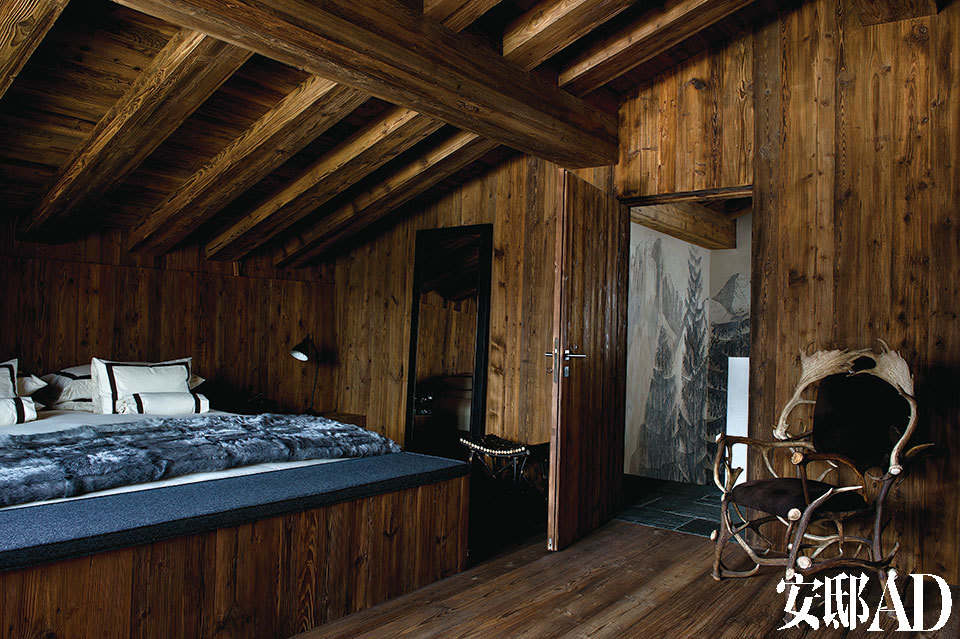 主卧床上用品的风格则很大程度受到女主人Francesca Ruffini的影响,来自Telerie Spadari市场。