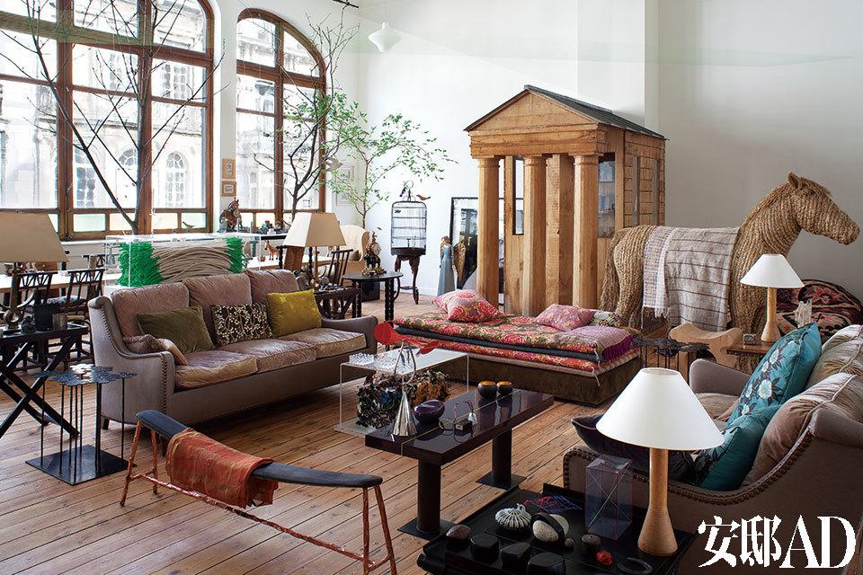 """公寓所处的建筑本身已有百年历史,二层画室客厅里,罗马寺庙风格木质小屋柱子下边被水泡过的痕迹,是艺术家兼设计师Christian Astuguevieille的创作,不禁让人想到这个屋子与外界相连,是个美丽的偶然。整个家的最精彩之处在于这个朋友创作的多功能小木屋,它可以用作储藏室、书房或者""""收银台""""……小屋前方有几根罗马寺庙风格的柱子。"""