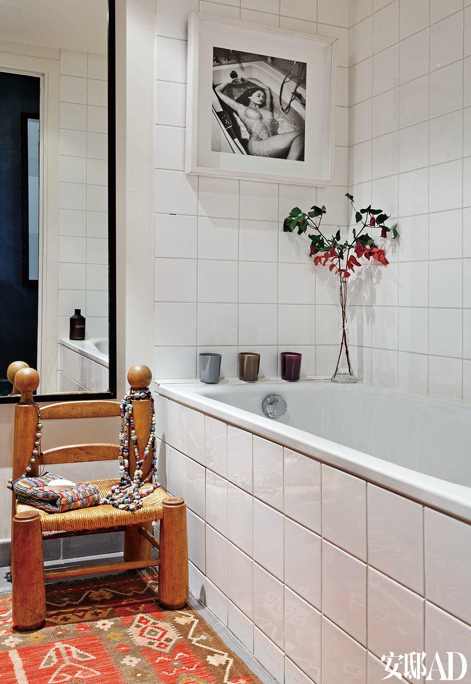浴室充满着异域风情。椅子上放置着旅游时带回来的项链。Véronique Vial的摄影作品诉说着沐浴的时光。还有Karine Garillon为Sol Y Flor设计的花卉作品以及Gilles Dewavrin的蜡烛和Ex Voto的沐浴盐,都为沐浴增加了许多情趣。