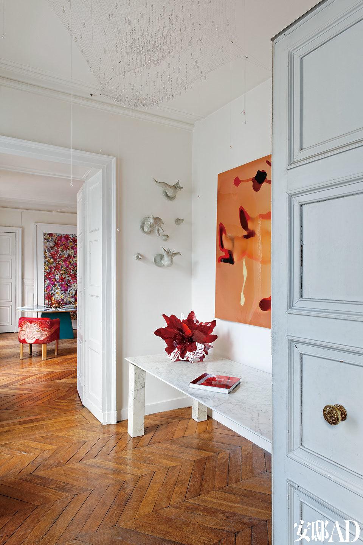 各个房间由法式门连通起来,关起门来就是私密的小世界,打开来则更显敞亮。