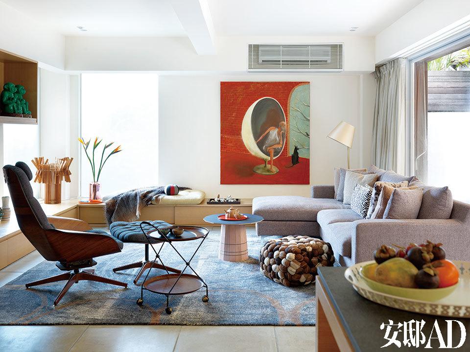 Fort Street Studio地毯淡雅的颜色为房间带来柔和的质感,平静地反衬着墙上色彩鲜亮的画作。角落的半透明窗户为客厅带来了充足的光线。房屋的布局细致巧妙,更有大量储物空间——这正是吸引这对美国夫妇的地方。Plycraft古董椅和脚凳已经用 Jim Thompson的布料恢复完好,旁边放着上世纪50年代带轮子的丹麦茶几,置于印度羊毛软凳旁的是New Standard的粉色和黑色小边桌。