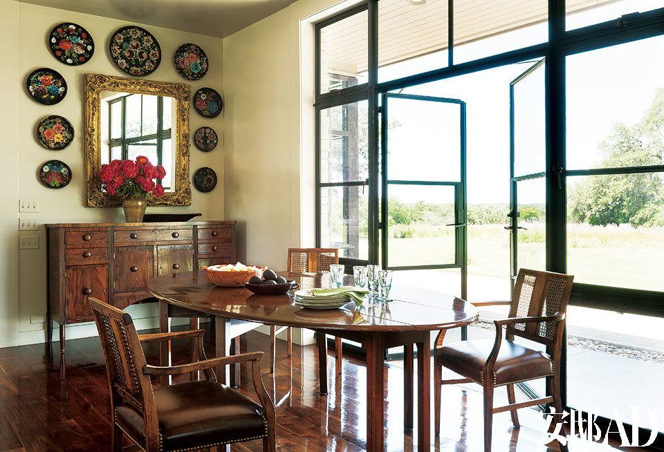 落地窗被设计成半门半窗的形式,只一扇门的功夫就能进入自然的怀抱。早餐厅里有一面19世纪的金框镜子,镜子周围环绕着墨西哥风格的木盘。这些墨西哥风情的装饰物,在每个得州家庭里或多或少都存在着。小边柜是来自费城的古 董,木桌子是小布什的祖母Dorothy Bush送的。