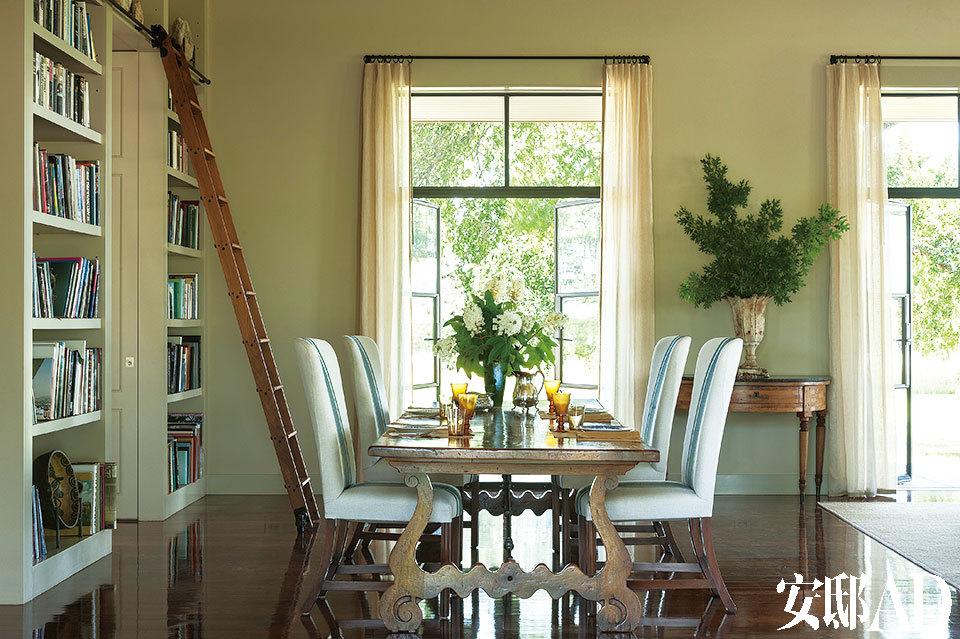 餐厅里摆着一张法式餐桌。座椅来自Rose Tarlow Melrose,套着的定制亚麻面料来自Peter Fasano。一旁的梯子来自Putnam Rolling Ladder Co.。
