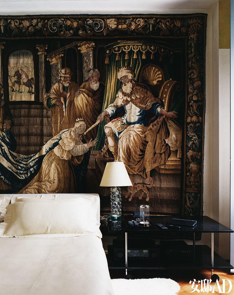 """""""设计意味着成百上千风格的集合,因为所有风格都是我们物质文明的一种表达。""""卧室里巴洛克风格的Aubusson壁毯,上面绘制了圣经人物和场景。"""