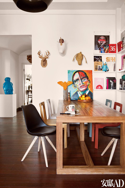 餐桌尽头是艺术家Matt Sesow的奥巴马画像,黄色胖天使雕像出自瞿广慈的稀奇工作室,墙上的纸雕塑中羊头和鹿头购于纽约,独角兽购于巴塞罗那。波普主义招贴画来自于Gregorie Guillemon。