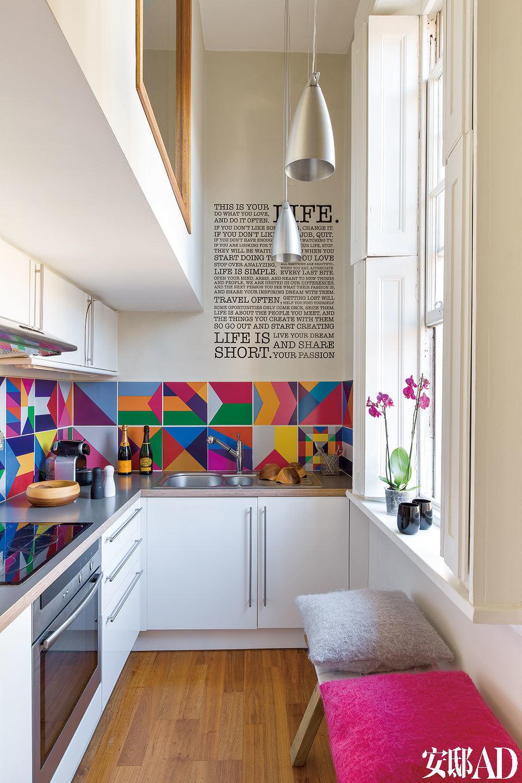 Marc Peridis是一家设计画廊的主人,他位于伦敦的公寓面积只有25平方米,却摆满了极具艺术气息的定制设计品,它们让这个小小世界显得妙趣横生,品位不凡。厨房,墙上的文字由布鲁克林设计工作室Holstee创作,他们提供可持续利用的海报、卡片和相框,旨在激发人们充满正能量地生活。定制的瓷砖由时尚设计 师David David设计,他创造了这色彩丰富的几何形图案。羊毛垫子来自Heal's。羊毛垫子置于一把由卡拉拉大理石、铝和松木制成的椅子子上,由澳大利亚设计 师Henry Wilson设计。烤箱来自Diplomat。
