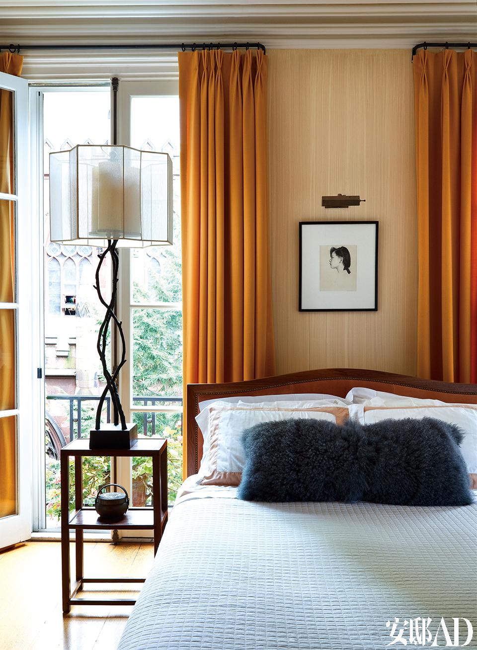 """主卧的床头柜来自上海。暖橙色调贯穿整个家,让人想起《圣经》里的一句话:""""爱是恒久忍耐……爱是永无止息。"""""""
