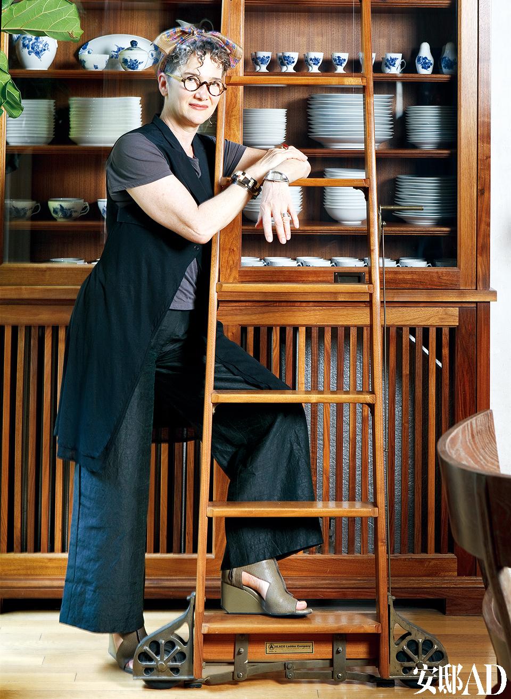 女主人: Kathryn Scott,是一位成熟、细腻的室内设计师。在Kathryn看来,室内设计一是要考虑自然资源的有限,二是设计要符合人们不停变化的生活方式。她位于纽约布鲁克林的自己的家,也是Kathryn的诸多作品之一,而这里无疑更能体现她的审美和设计功力。