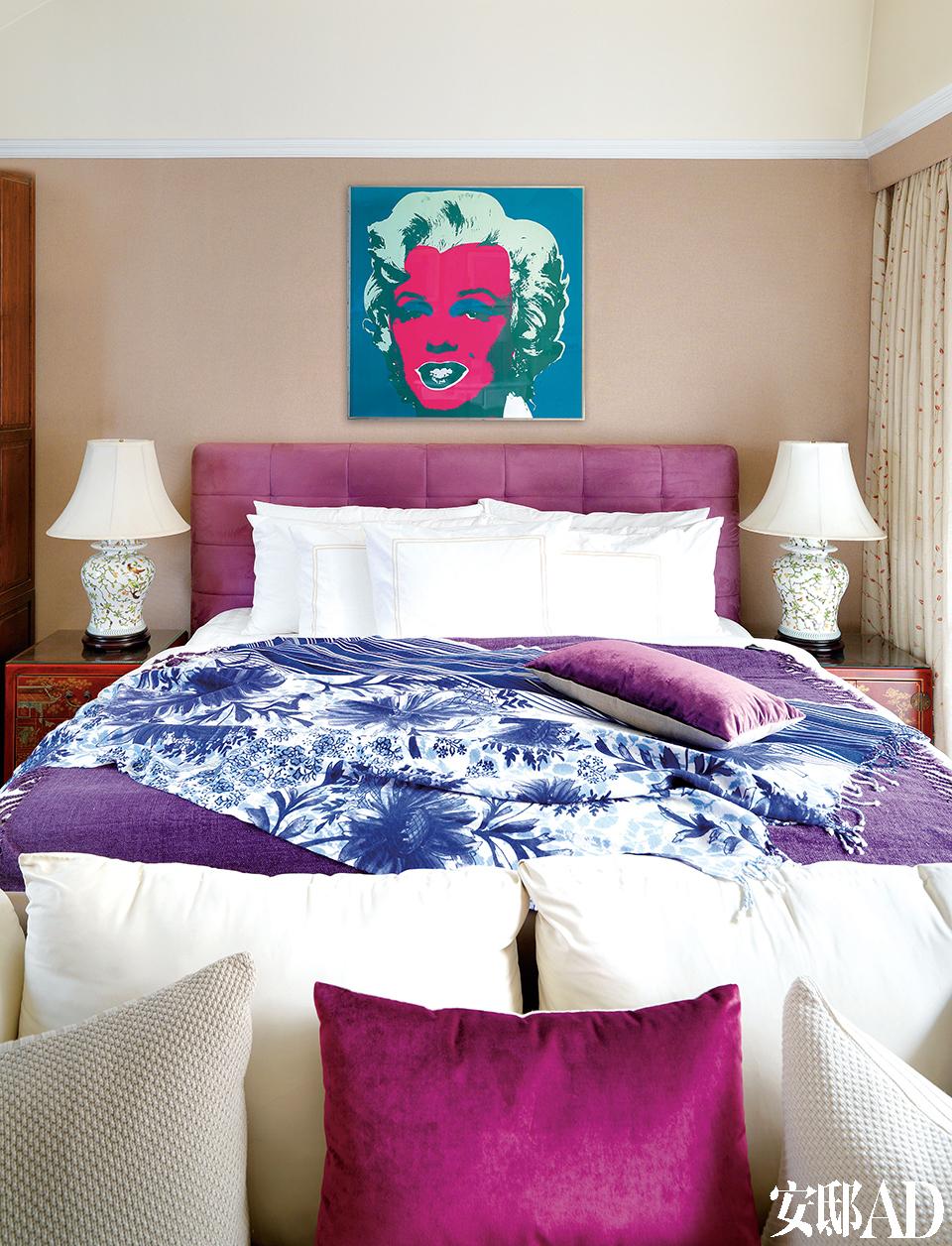 """""""可能是我体内双鱼座的浪漫和A型血的极端作祟,我总是想要那种两头的美。""""卧室以各种紫色构成,小碎花的窗帘显得俏皮可爱。"""