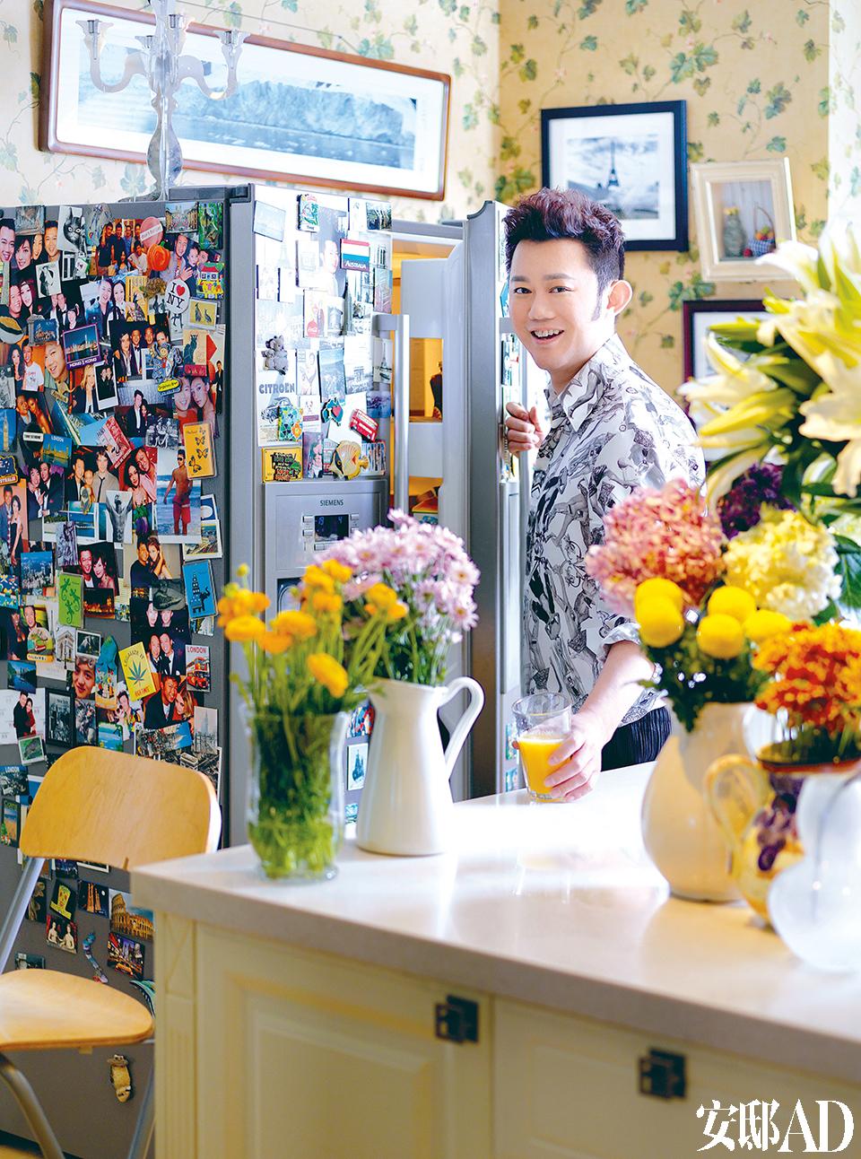 东田平时最爱待在这个开放式的餐厨空间,他笑言这可能是因为自己太爱吃的缘故。