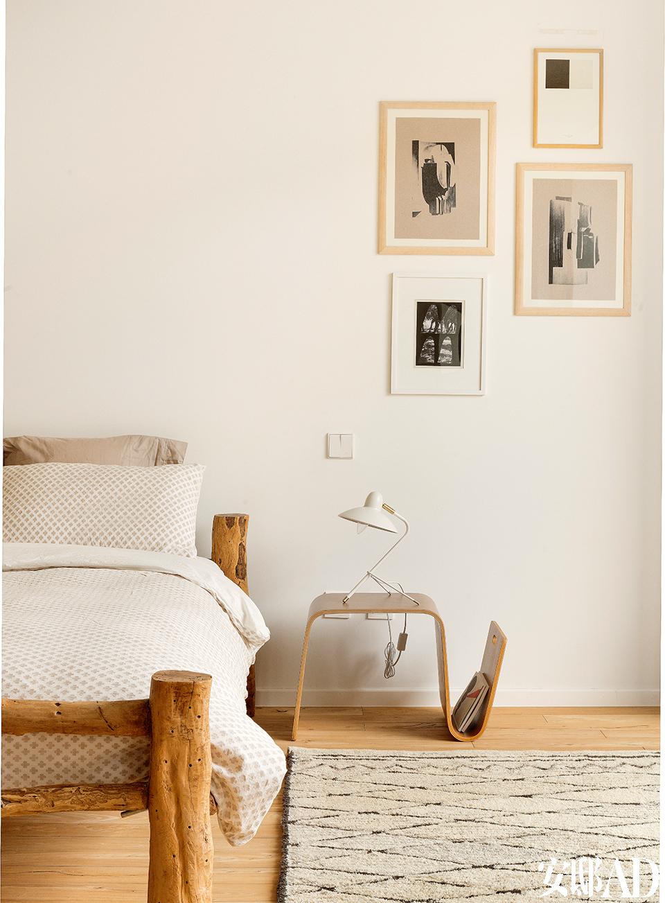 一间卧室的一角,墙上的各种小画均来自网络艺术平台Little Paper Planes。