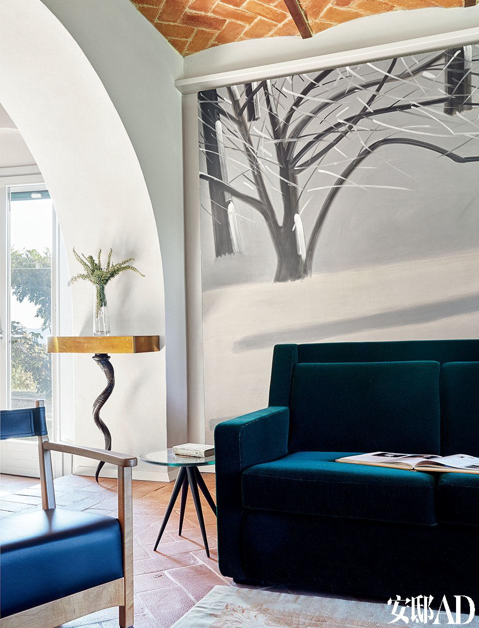 客厅里,沙发后面是Alex Katz作于2005年名为South Light 2 的作品。沙发右侧是艺术家Pascale Marthine Tayou作于2010年的雕塑作品Fashion Street。它由两个以玻璃为基础运用混合技术制作的人形雕塑组成。