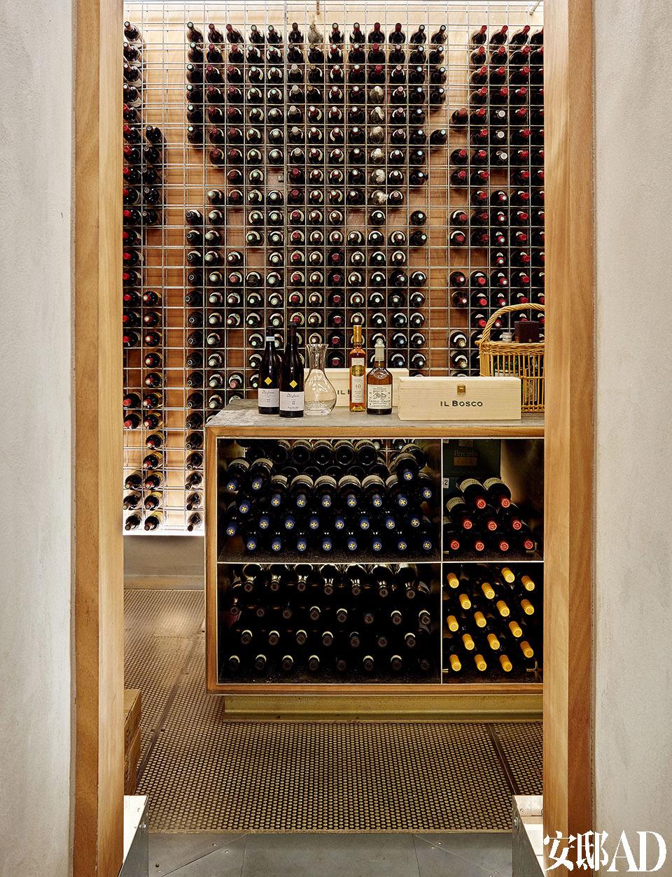 Calabresi父子最著名的创造,是用西拉葡萄酿造的红葡萄酒Il Bosco,以及用维欧尼品种老藤白葡萄酿造的白葡萄酒Fontarca。私人酒窖位于房子的地下室,里面有许多收藏。