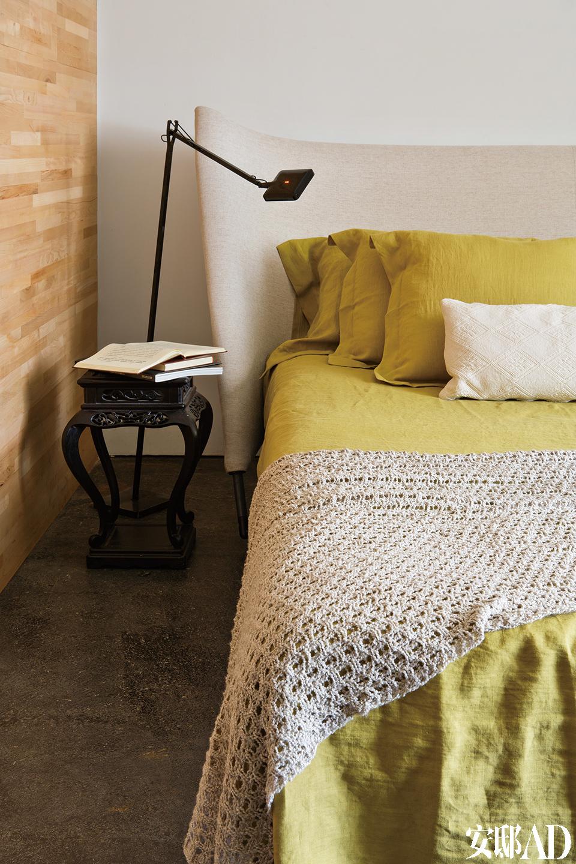 """Cassina品牌的床、床品和床尾毯,一旁为Flos的Kelvin台灯。""""你在这里可以接触到朝气,风动叶动更惹动了整个山景。"""""""