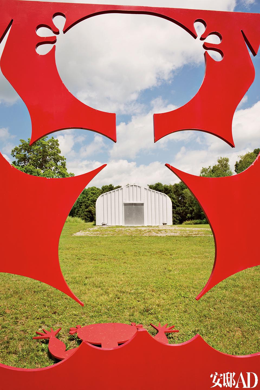 红色的钢雕小红人,出自艺术家吕胜中。