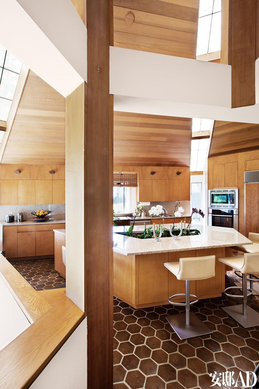 这是一所富于乡村气息然而 样式现代的房子,适合举办艺术派对,也适合独处静思。这个厨房是由John MacFadyen设计的,座椅出自 Frag。