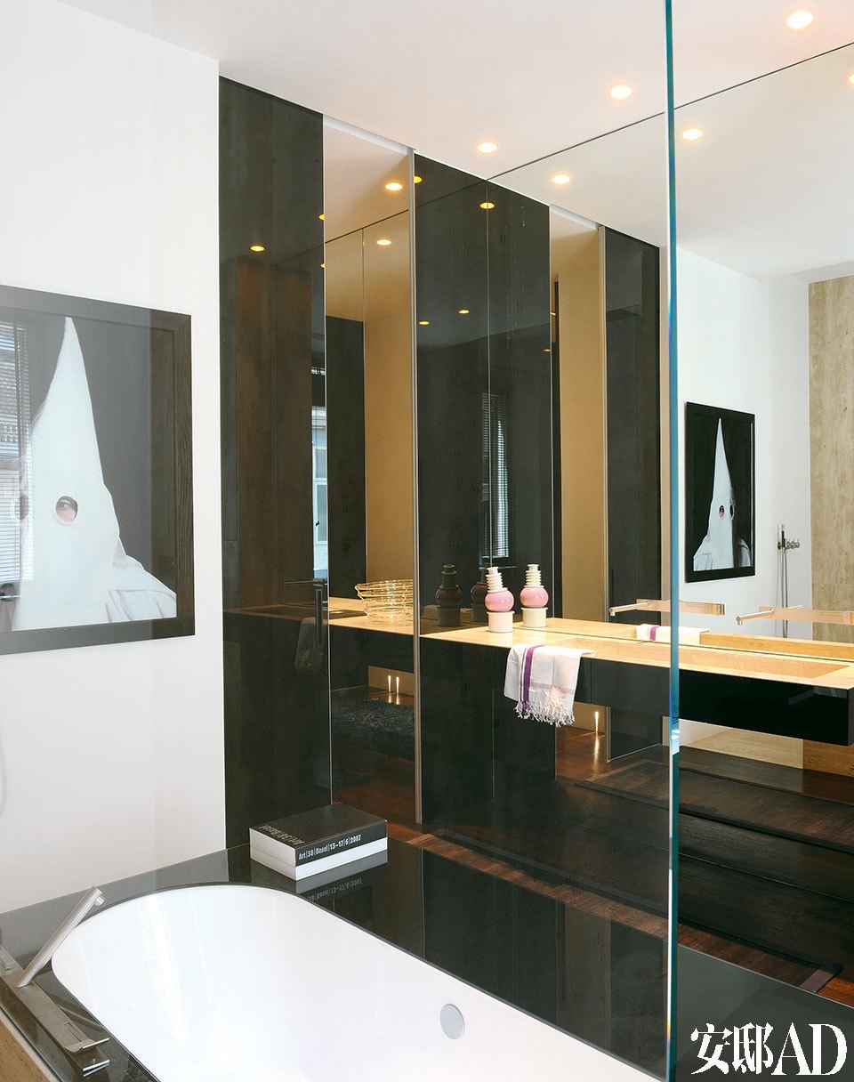 另一面看浴室。