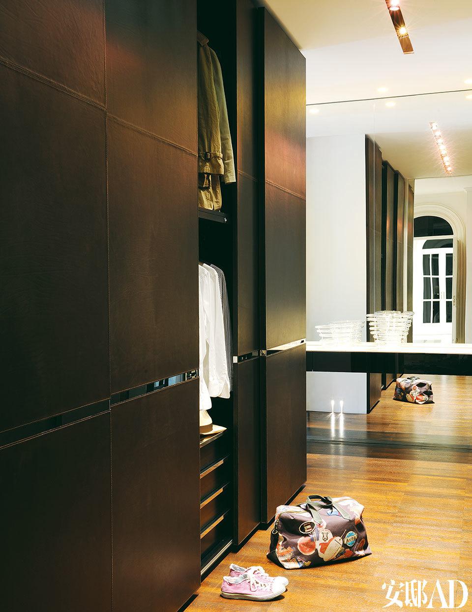 更衣室内的橱柜都是Luca亲自设计的定制产品,最大程度地保证了家里的整洁度和舒适性。