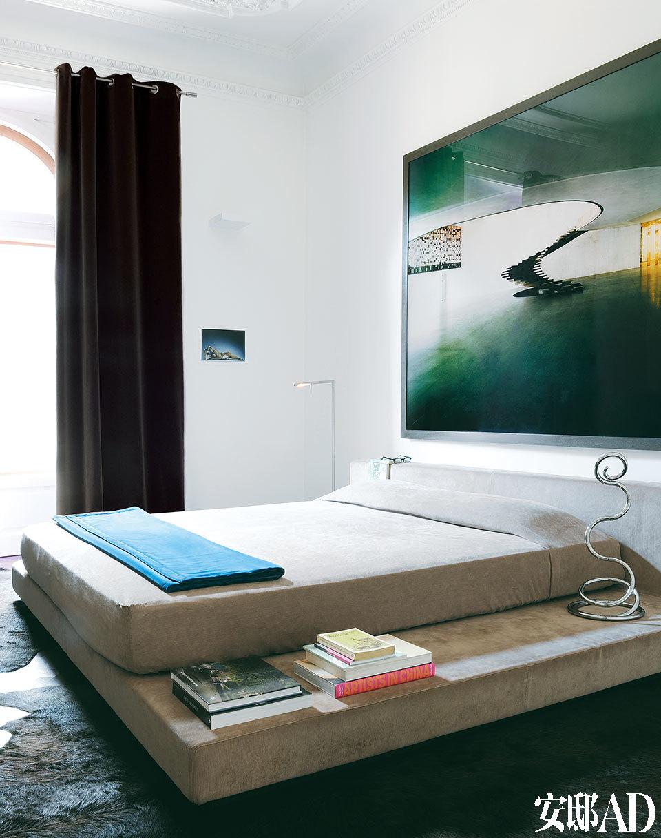 卧室和卫浴本身都十分简洁,整个家基本上都是在向他挚爱的当代艺术致敬。 主卧室中的绒面床是Luca为自己设计并量身定制的。床头灯名为Pizza Cobra,来自品牌iGuzzini,是Ron Arad的设计。床后的大幅照片是Caio Reisewitz的作品。