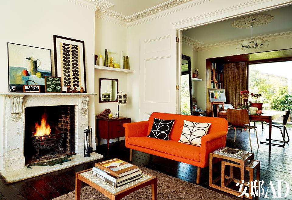 底层的客厅中,他们借着屋后的低洼地势将房子延伸出了几英尺,正好摆放书架、画架和Dermott的老钢琴。敞开式的客厅中,摆放着Orla量身定制的沙发,用以节省空间。沙发上的靠垫拥有对比色的双面图案。远处的方桌旁,放置着Dermott的画架,以及为他的大号书籍特别定制的书架。