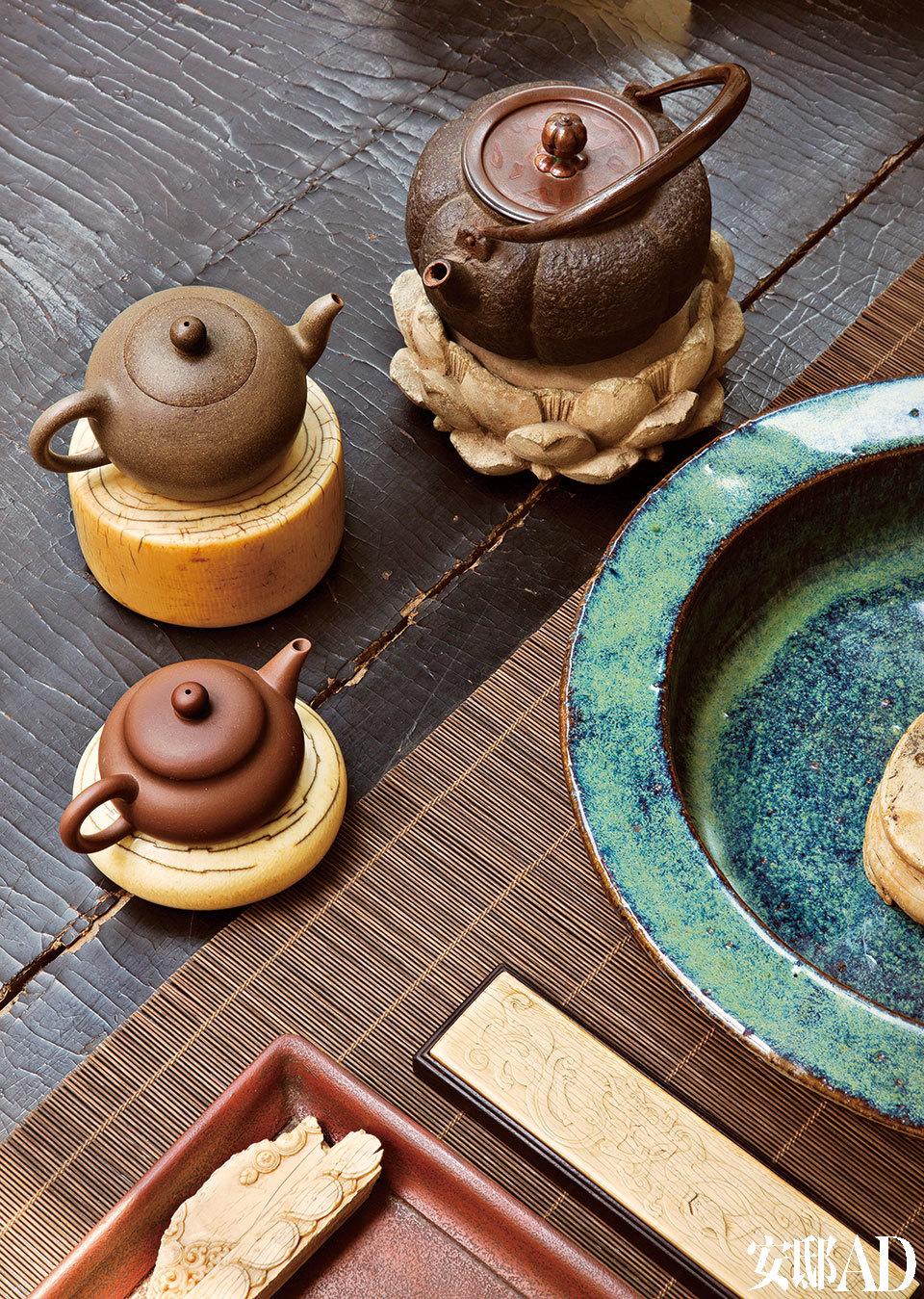 书房一角,摆着茶壶和小玩意儿,随处皆景。