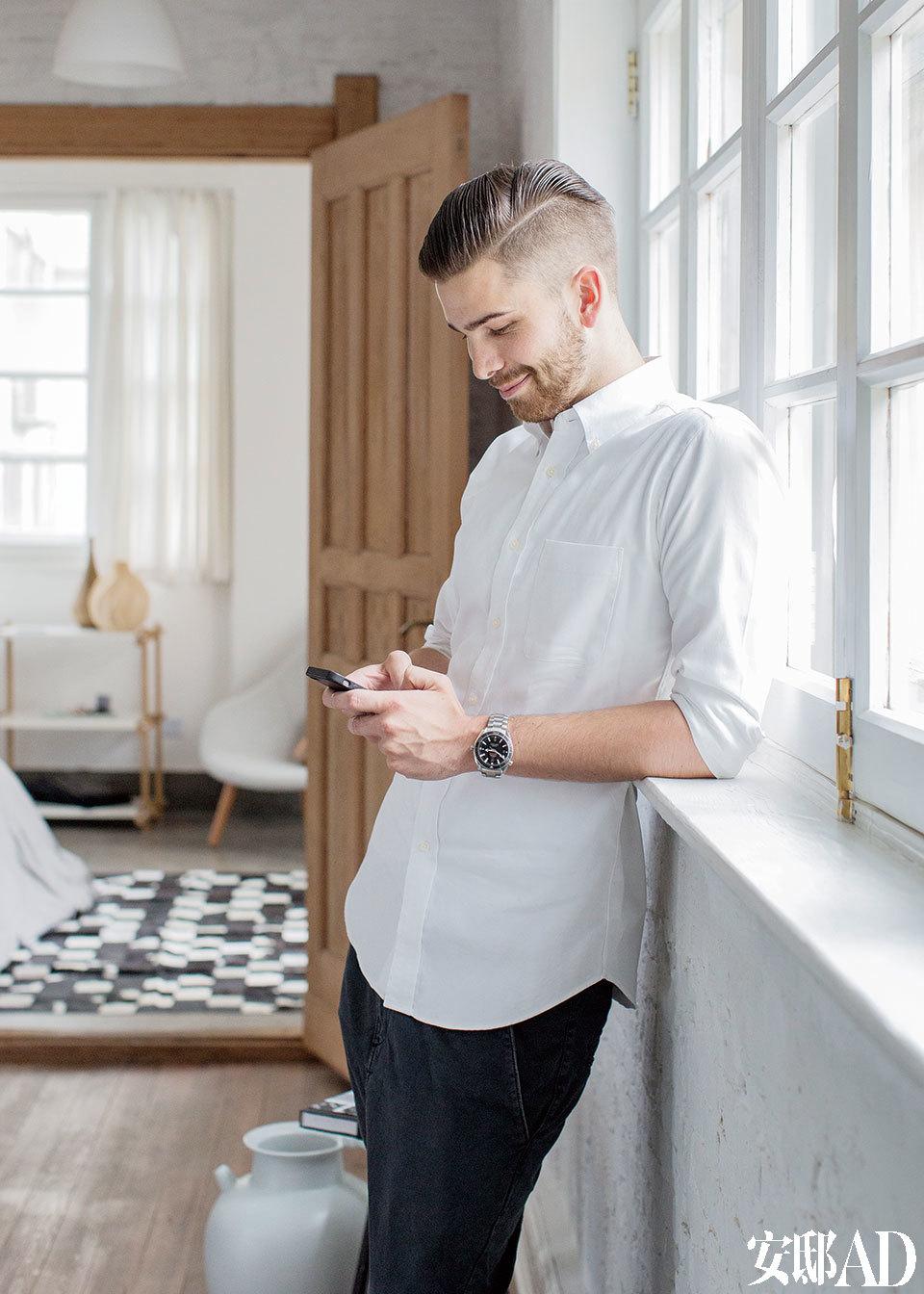 主人: Kristian Haaning,来自丹麦,在丹麦的一家国际时尚集团工作,负责时装零售行业的整体解决方案与采购。从玄关处望向客厅和卧室,客厅朝南的大窗户改造成双层玻璃,既保暖又隔音,卧室的黑白格纹马毛地毯巧妙的柔和过渡了对立的颜色。