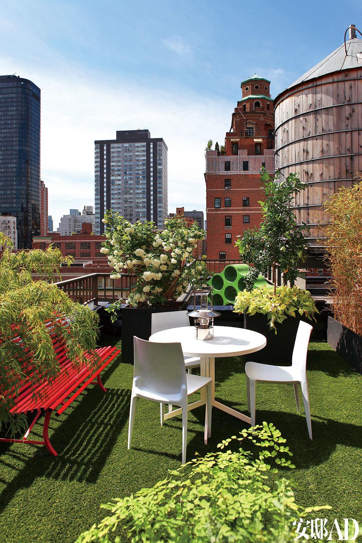 顶层的户外露台上,红色的长椅延伸了室内的主题色彩,白色折叠桌来自Crate & Barrel,座椅由PhilippeStarck设计,购自Design Within Reach。
