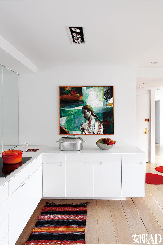 厨房足够大,没有安装吊柜,画作、镜子与窗外风景铺陈出不同的烹饪心情。厨房地面的民族风地毯由Cecilia的母亲手工制成,墙上的艺术品由Saara Harju创作。