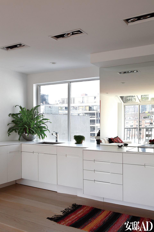厨房从一个封闭的房间中被解脱出来,与客厅融为一体,这样一来主人就能一边烹饪美食,一边与家人及朋友亲密互动。