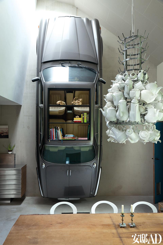 主人十分爱好回收利用旧材料,很多只二手茶壶被用来制成了造型特别的吊灯,戴姆勒(Daimler)牌的旧车也被改制成了储物陈列柜。如今他驾驶的是一辆 油电混合动力汽车,更加贴合这里可持续的生活方式。