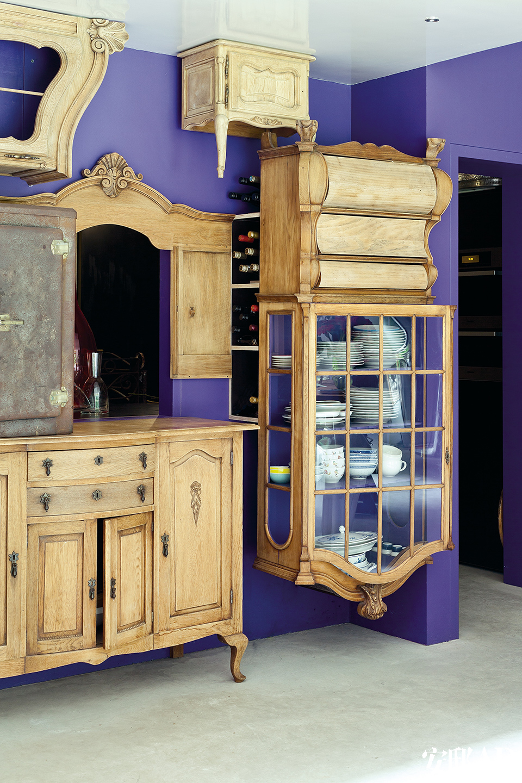 碗柜被颠倒着挂在墙上,后面还隐藏着储酒的搁架,两个腿的小柜则被吸在天花板上,储物功能一个都没有少。家具被颠倒着挂在墙上、吸在天花板上……家里满是 各种幽默设计,功能却一样也不少。