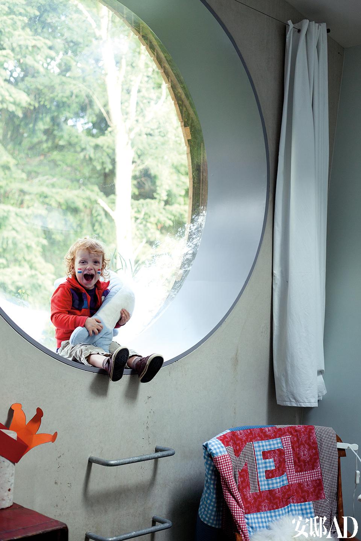 宽大的圆弧形窗沿为孩子提供了绝好的游乐空间,总是让小宝贝兴奋不已。儿童房的圆形窗户好像气泡一样,将窗外的森林美景圈进室内。