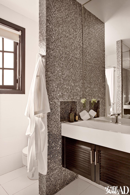 洗手间中经典的黑白马赛克。
