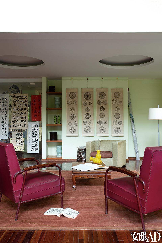 两位主人热爱收藏中国古董、古画,设计的许多灵感亦来自东方建筑以及水墨画,以至于空间有一股淡淡的东方气质。